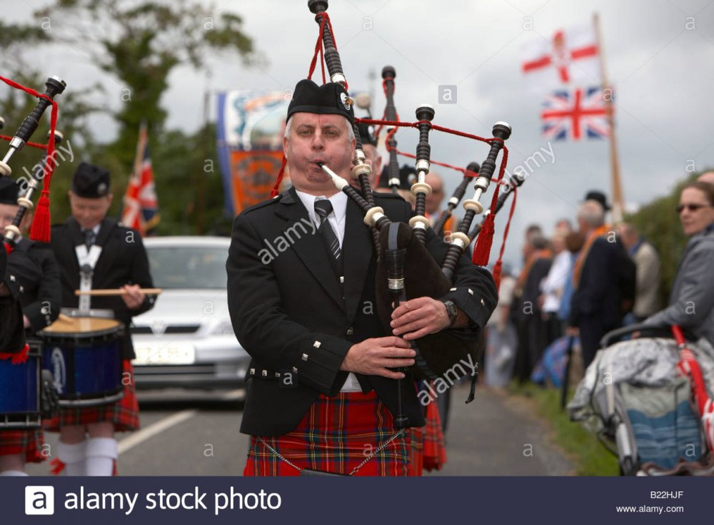 piper-in-pipe-band-marching-down-country-road-during-12th-july-orangefest-B22HJF.jpg