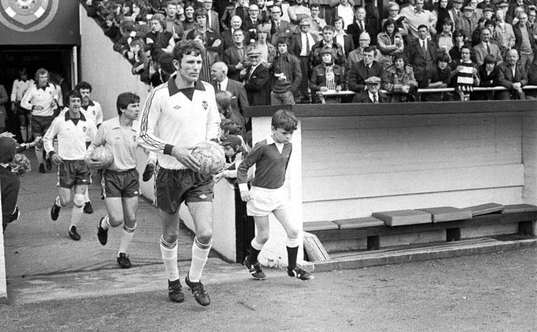 John Gallacher walks onto pitch 1977-1.jpg